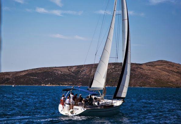 Stromboli: dieci turisti salvati al largo, barca a vela affondata