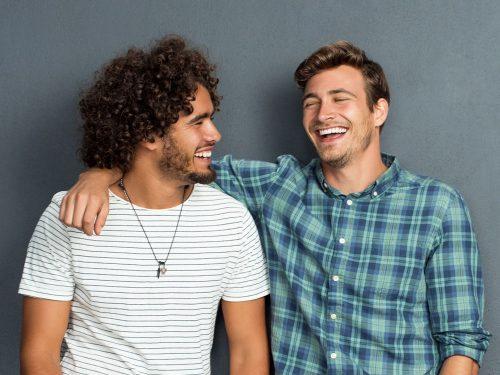 Bromance in aumento: gli uomini preferiscono confidarsi con gli amici