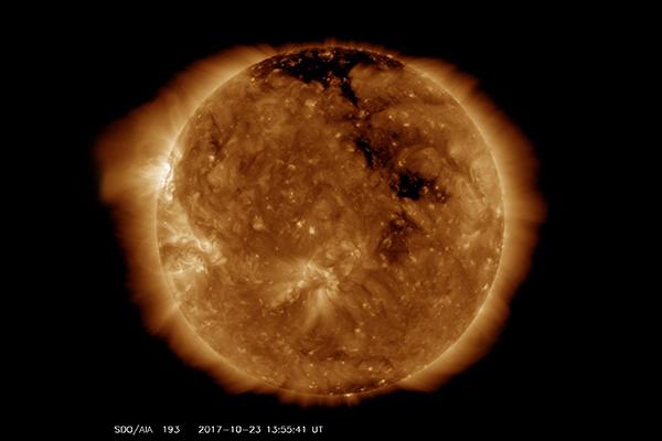 Sole: nuovo gigantesco buco coronale, tempesta magnetica in arrivo