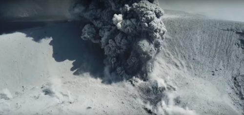 Drone riprende l'eruzione del vulcano Shinmoedake, video spettacolare