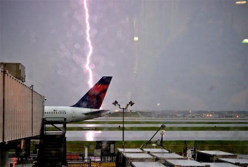Aereo colpito da un fulmine durante il decollo, paura all'aeroporto di Mosca
