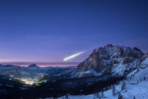 Bolide luminoso attraversa l'Europa: la spettacolare immagine sulle Dolomiti