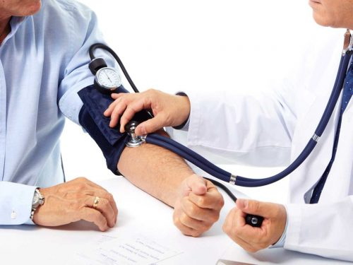 Pressione alta: in inverno aumenta rischio di infarto, ecco come difendersi