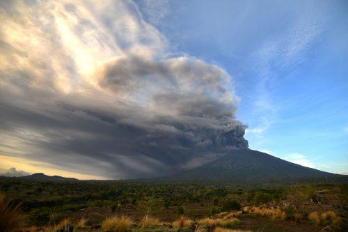 Il vulcano Agung terrorizza l'Indonesia: 100mila evacuati e aeroporto chiuso