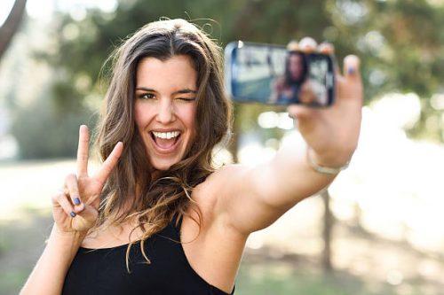Selfite, la malattia del nuovo millennio: sintomi e gravità