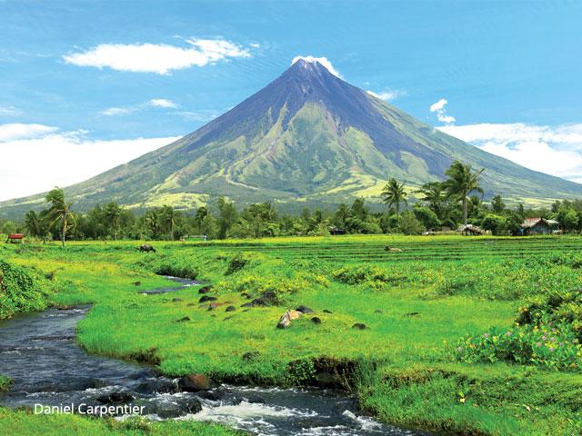 Filippine: bagliori nel cratere, il vulcano Mayon sta per eruttare