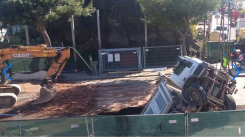 Camion sprofonda in una voragine nel cantiere della metropolitana
