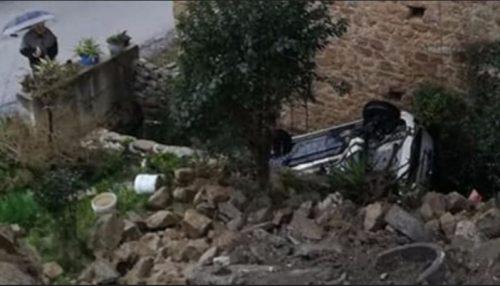 Campania: cede la strada, auto inghiottita in una profonda voragine