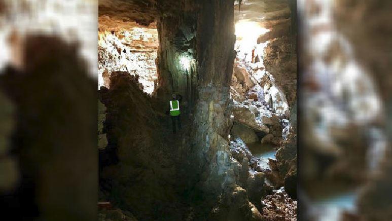 Voragine si apre su una strada e rivela una grotta sotterranea