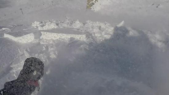 Snowboarder travolto dalla valanga, riprende tutto