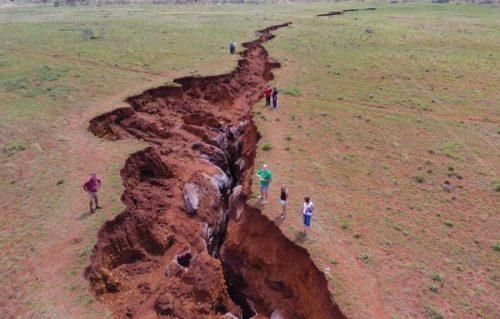 Africa: enorme crepa si apre in Kenya, voragine inghiotte autostrada