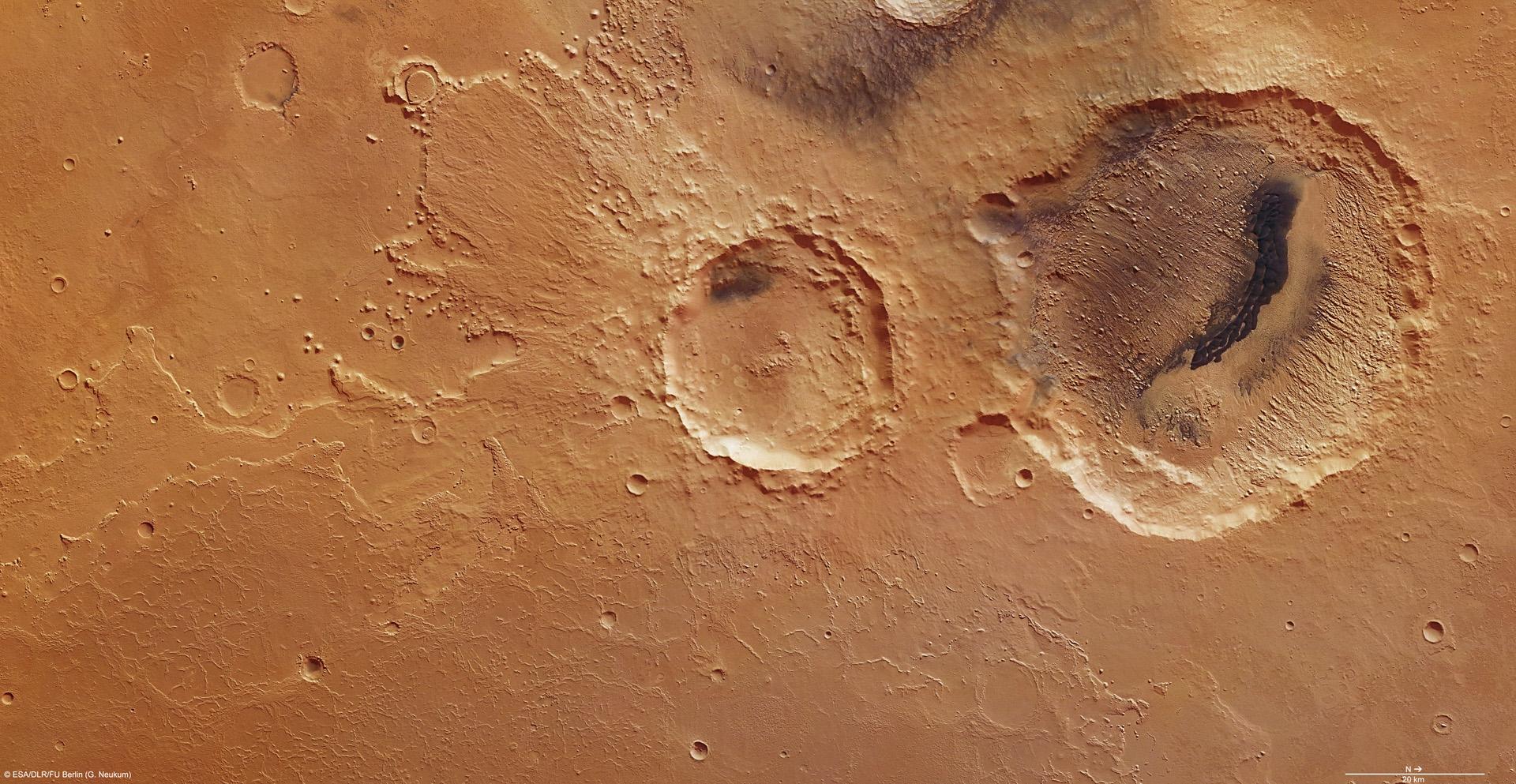 Marte, enorme buco nella roccia ripreso dal Mars Express