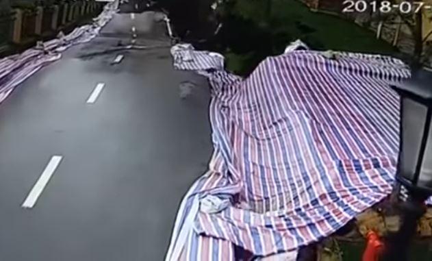 Crolla tratto stradale di 50 metri, auto trascinate nella voragine