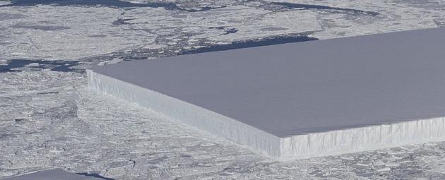 Antartide: la Nasa fotografa enorme blocco di ghiaccio rettangolare
