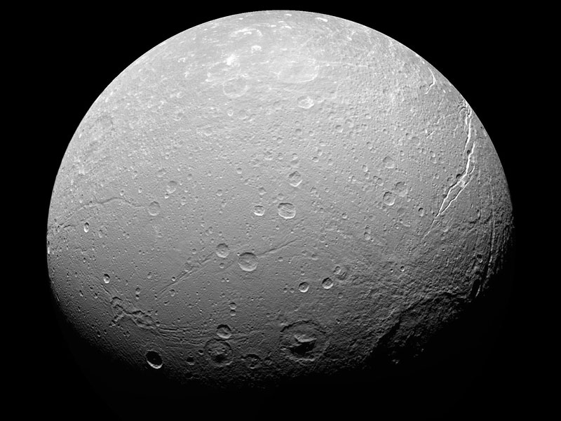 Dione, misteriose strisce luminose sul satellite di Saturno