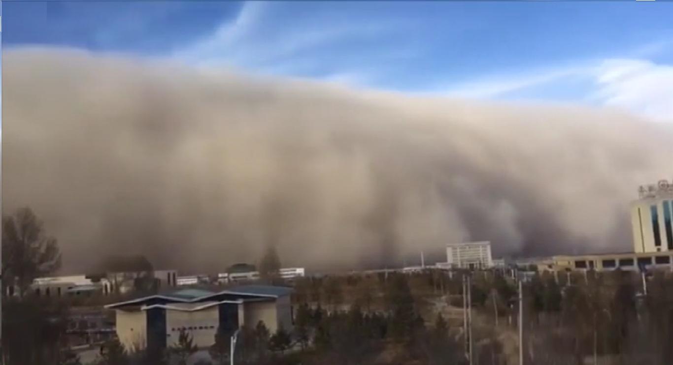 Cina: tempesta di sabbia inghiotte la città di Zhangye, incendi e strade bloccate