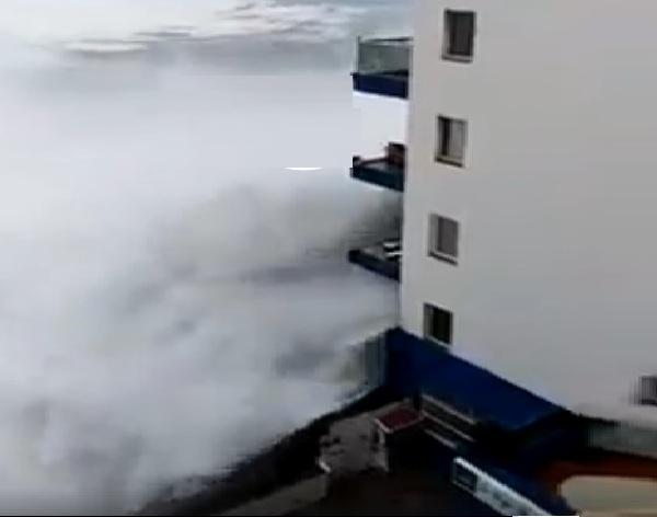 Maltempo Spagna: onde enormi si abbattono sulle abitazioni. Il video
