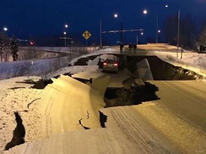 Terremoto Alaska: crollano le strade, edifici danneggiati e tanta paura. Le prime immagini.