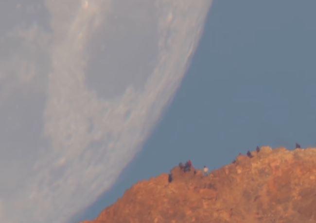 Luna gigantesca appare dietro al monte, il curioso fenomeno nasconde un 'segreto'