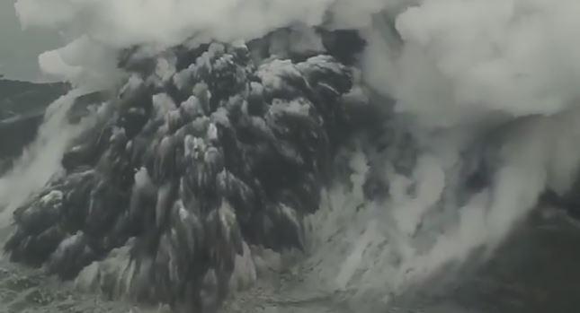 Anak Krakatau, nuove impressionanti immagini dell'eruzione