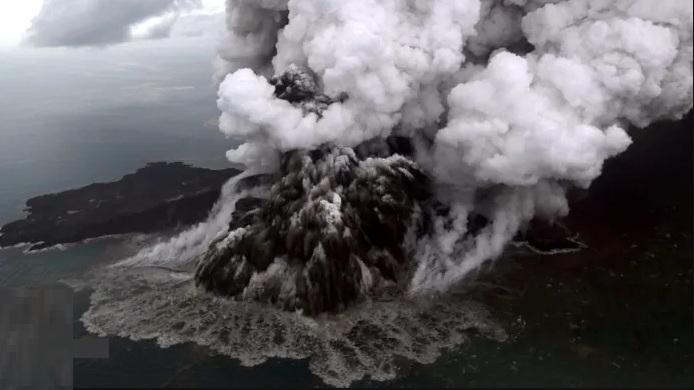 Indonesia: l'Anak Krakatau continua ad eruttare, rischio nuovi tsunami