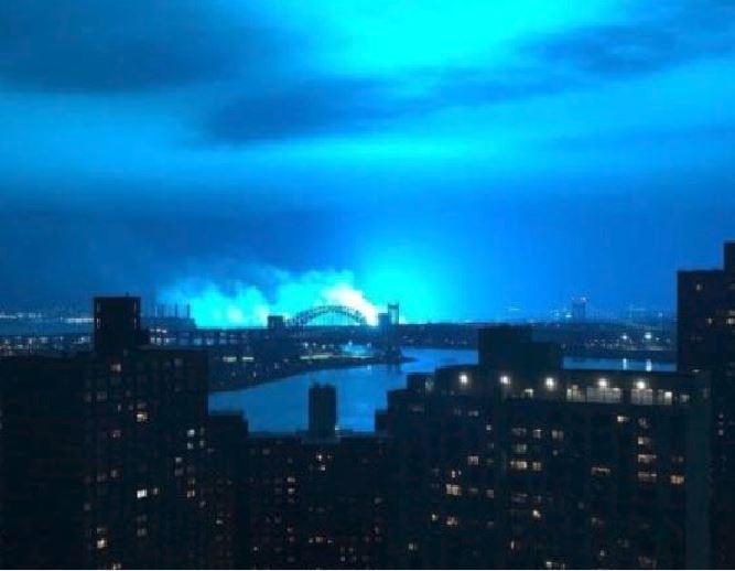 Esplosione in una centrale elettrica, il cielo di New York diventa azzurro