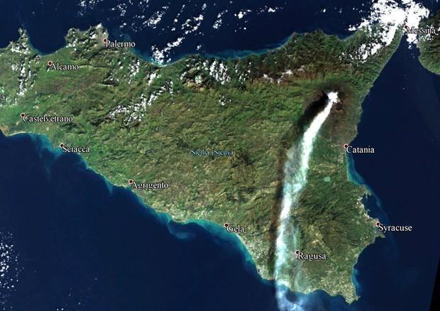 Etna, eruzione dal satellite: l'immagine spopola sul web
