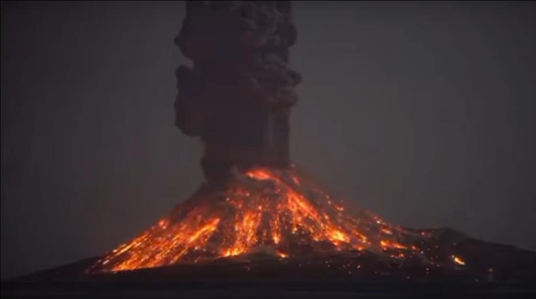 Indonesia: l'eruzione in diretta del Krakatoa, il video
