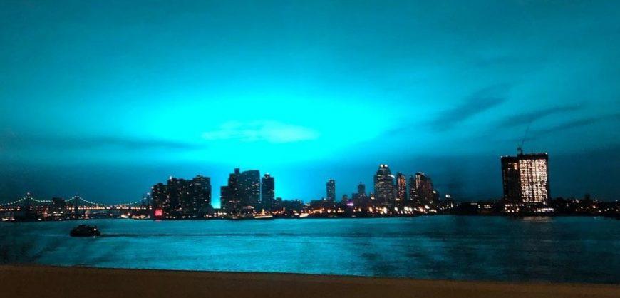 Scie azzurre nel cielo di New York, paura tra gli abitanti, il video