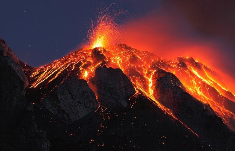 """Stromboli: forti eruzioni in corso, allerta elevata a """"giallo"""""""