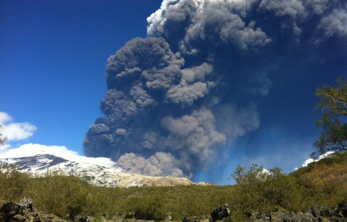 Nuova frattura eruttiva sull'Etna: terremoti, esplosioni e colonne di fumo