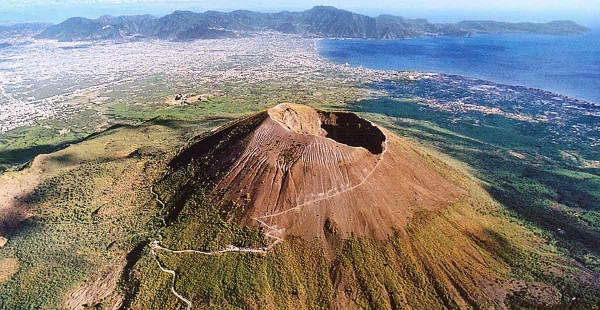 Terremoto alle pendici del Vesuvio, boati e gente in strada