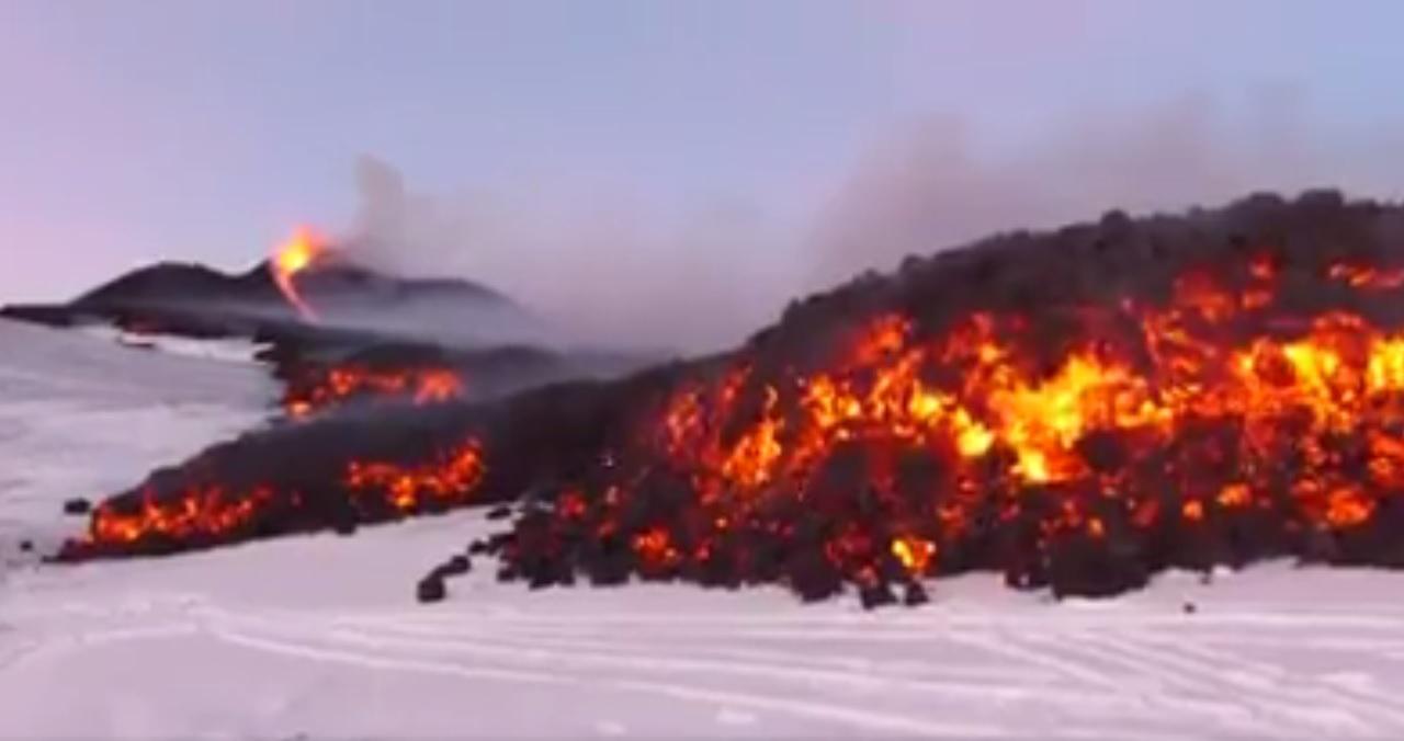Etna, la lava incontra il ghiaccio in cima al vulcano, il video