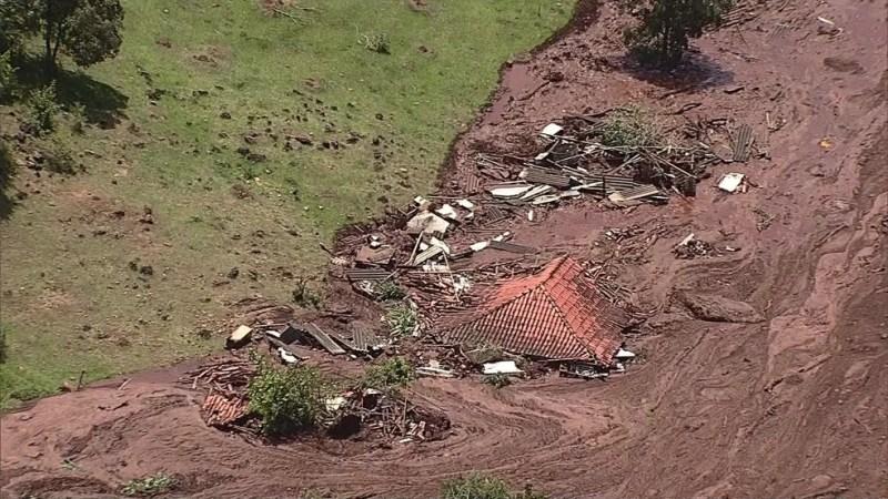Crolla diga in Brasile: persone e animali travolti. Il video