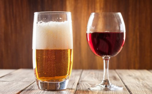 Cosa succede al nostro corpo se beviamo birra e vino insieme? Una ricerca spiega gli effetti