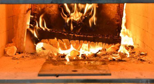 Muore di tumore: rilascia radiazioni durante la cremazione