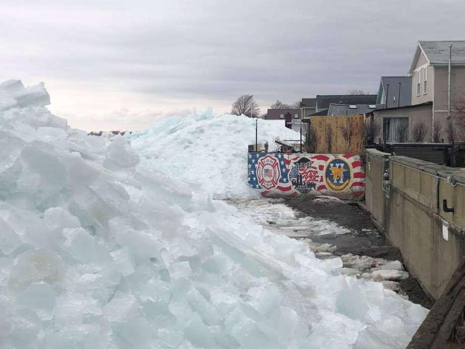 Enorme tsunami di ghiaccio sul Lago Eire, popolazione evacuata. Il video