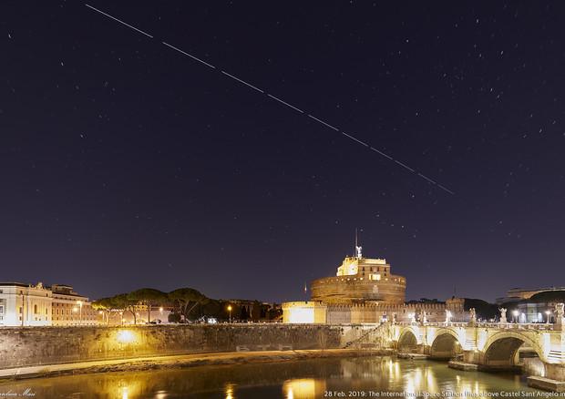 Scia luminosa fotografata su Roma; è l'ISS