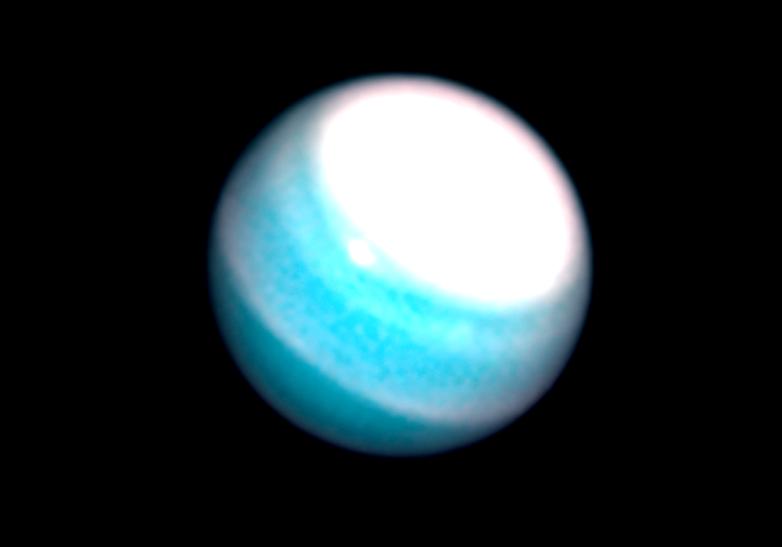 Un enorme manto chiaro appare su Urano