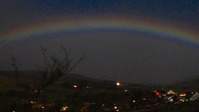 Incredibile fenomeno in cielo durante la Superluna, è il moonbow