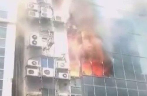 Enorme incendio divora un grattacielo a Dacca, le persone precipitano nel vuoto