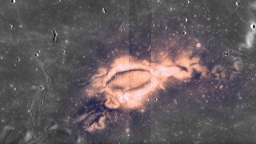 Macchie chiare sulla Luna: spiegata l'origine delle strane formazioni