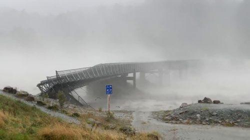 Nuova Zelanda: fiume in piena travolge ponte, il video