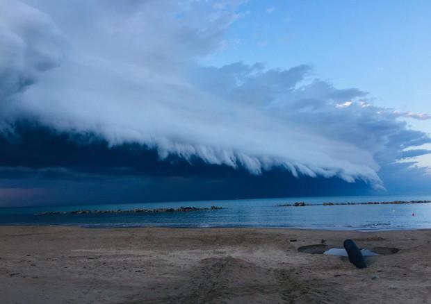 """Shelf Cloud a Pescara: le immagini dell'impressionante nube 'a mensola"""""""