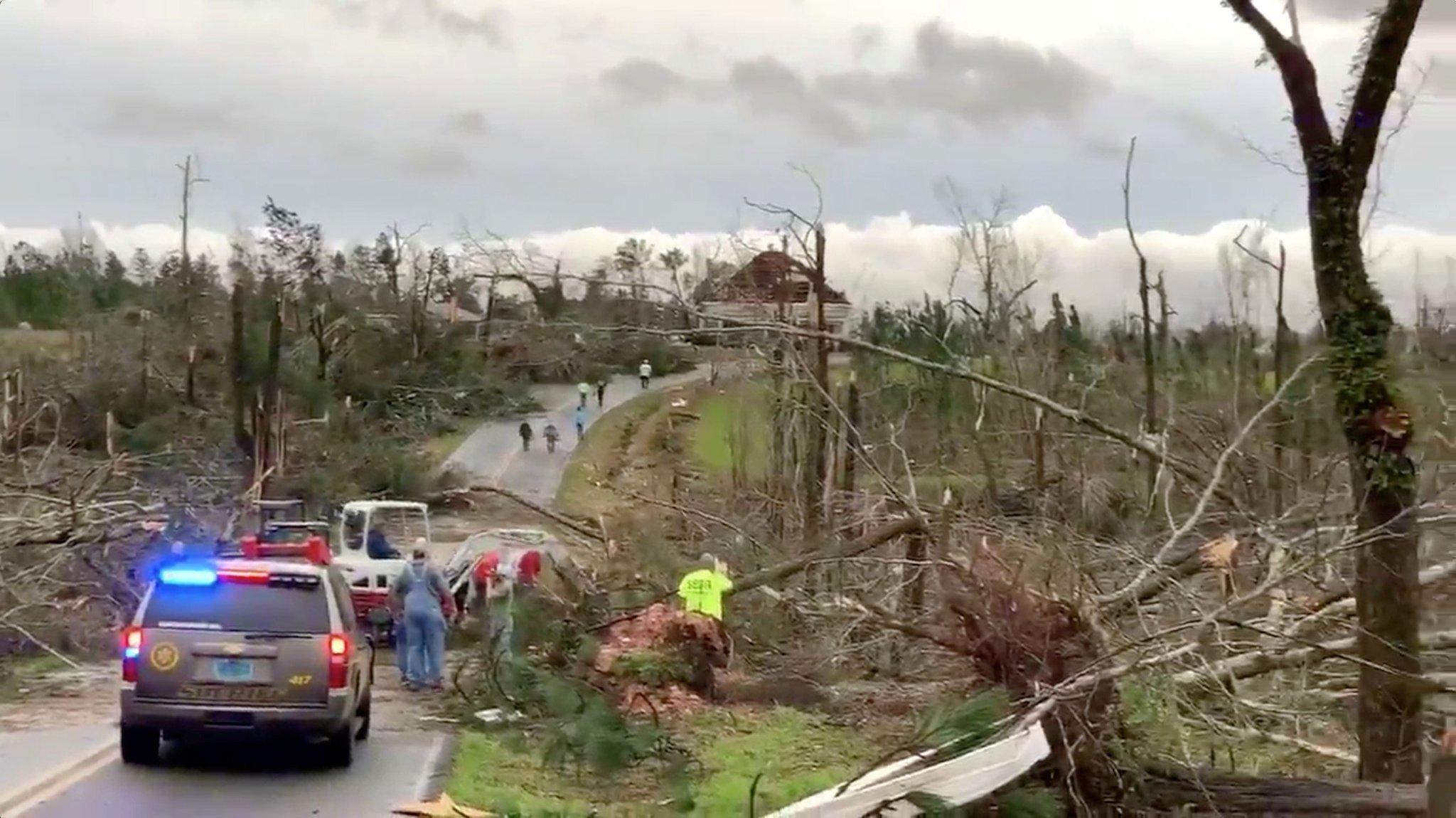 Violento tornado provoca una strage in Alabama: almeno 22 morti, anche bambini