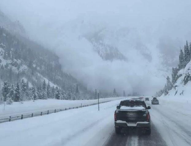 Enorme valanga si stacca dalla montagna e sfiora le auto, il video