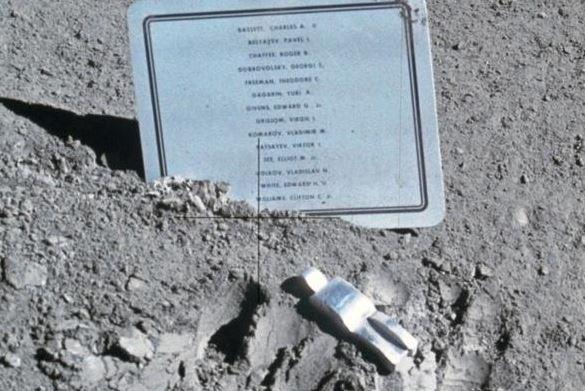 """La """"misteriosa"""" scultura di un astronauta sulla Luna, qual è il suo significato?"""