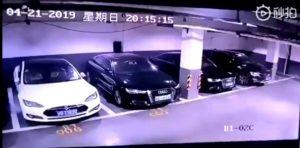 Tesla Model S esplode in un parcheggio a Shangai. Il video