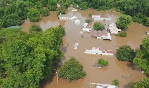 E allarme alluvioni negli Usa, interi quartieri sommersi dall'acqua