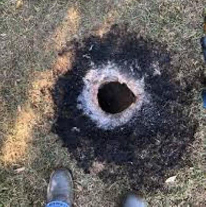 Misteriose sostanze eruttate da buca nel terreno. Il video